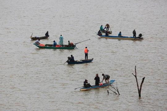 Lật thuyền trên hồ thủy điện, 3 người mất tích - 1