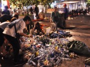 """Tin tức trong ngày - """"Biển người"""" xối """"biển rác"""" sau đêm giao thừa ở Sài Gòn"""