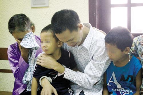 Đau lòng nước mắt trẻ thơ trong phiên tòa xử cha giết mẹ