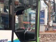 Tin tức trong ngày - Hà Nội: Va chạm xe ô tô, buýt nhanh vỡ tan cửa kính