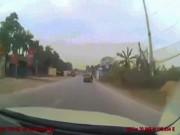 Tin tức trong ngày - Ô tô ép ngã hai người trên xe máy rồi phóng xe bỏ chạy