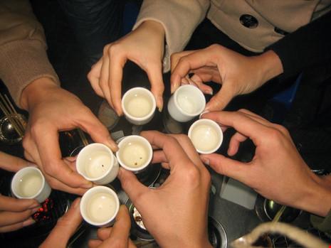 Uống như thế nào để tránh nguy cơ ngộ độc rượu dịp tết - 1