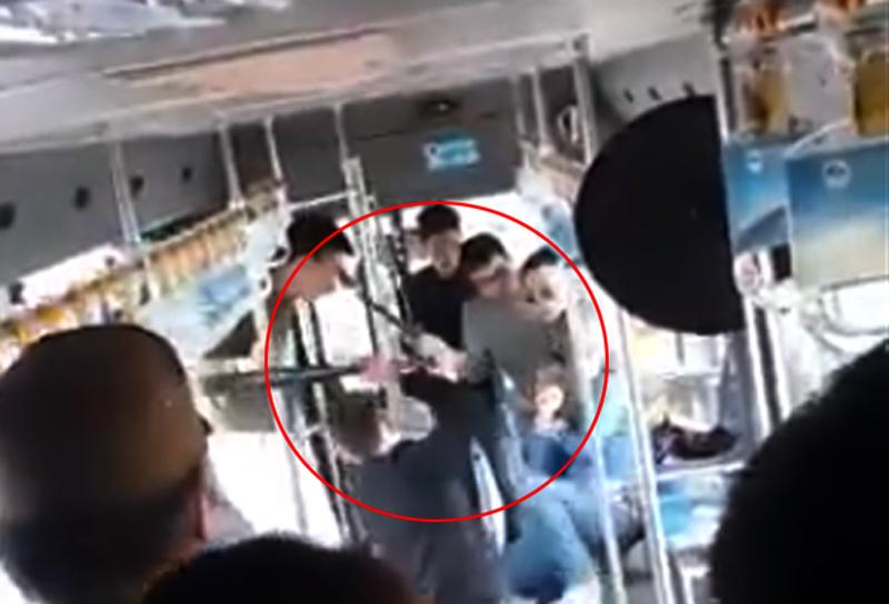 Clip: Côn đồ quây đánh người ngay trên xe buýt - 1