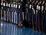 """Thế giới - Lý do binh sĩ Mỹ """"bỏ mặc"""" đồng đội ngất xỉu trước Obama"""