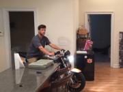 Video Clip Cười - Clip hài: Tay lái cừ khôi khoe tuyệt kỹ ở... trong nhà
