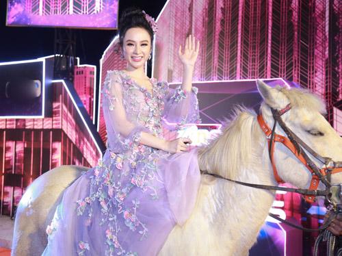 Angela Phương Trinh kiêu kỳ cưỡi ngựa trên thảm đỏ