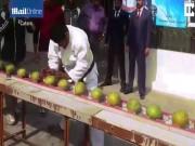 Phi thường - kỳ quặc - Dùng đầu đập vỡ 43 trái dừa trong 60 giây