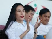 Bóng đá - Chủ tịch Công Vinh đón fan nữ xinh đẹp nhất lên ghế VIP