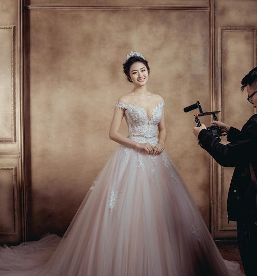 Ảnh cưới lung linh của hoa hậu Việt lấy chồng hơn 19 tuổi