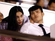 """Bóng đá - Clip vợ chồng Công Vinh-Thủy Tiên """"cháy hết mình"""" trên sân"""