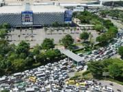 """Tin tức trong ngày - Cửa ngõ sân bay Tân Sơn Nhất """"tê liệt"""" giữa trưa đầu tuần"""