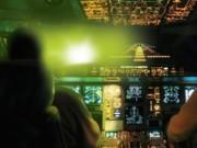 Tin tức trong ngày - Phi công bị chiếu đèn công suất lớn khi hạ cánh xuống Nội Bài