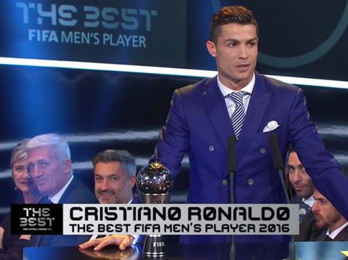 Cầu thủ xuất sắc nhất FIFA 2016: Ronaldo ăn mừng bên bạn gái xinh