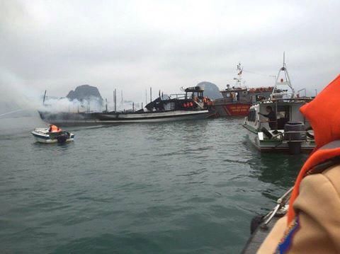 Tàu chở khách nước ngoài bốc cháy dữ dội trên Vịnh Hạ Long - 1