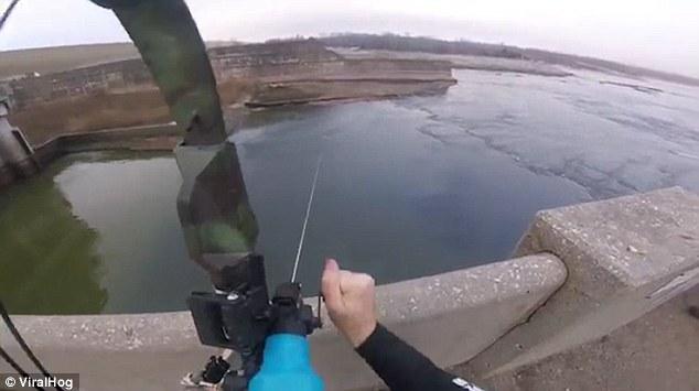 Không tưởng: Bắn cung tên cách xa 15m để bắt cá hồi - ảnh 1
