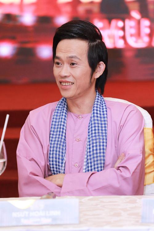 Hoài Linh ngồi xế sang, mang dép lê đi họp báo - 5