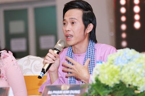 Hoài Linh ngồi xế sang, mang dép lê đi họp báo - 7
