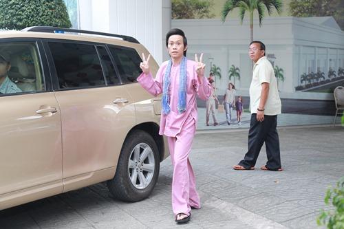 Hoài Linh ngồi xế sang, mang dép lê đi họp báo - 2