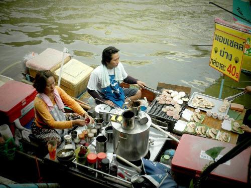 Khám phá những khu chợ nổi ấn tượng nhất Đông Nam Á - ảnh 9