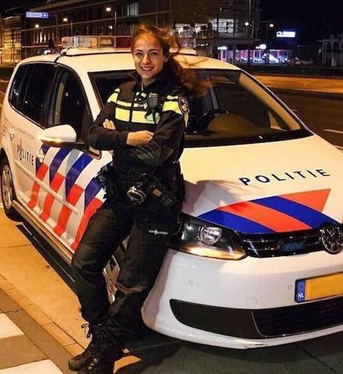"""Nữ cảnh sát sexy khiến cộng đồng mạng """"phát sốt"""" - 3"""