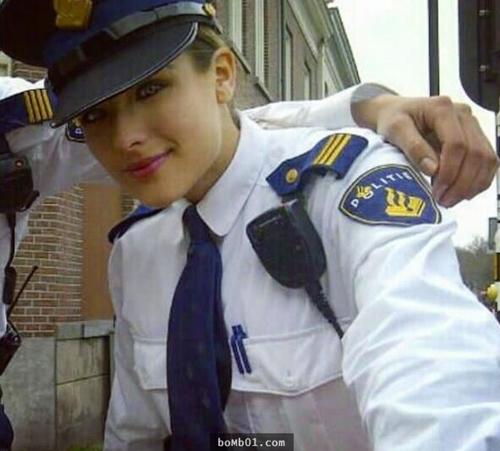 """Nữ cảnh sát sexy khiến cộng đồng mạng """"phát sốt"""" - 2"""
