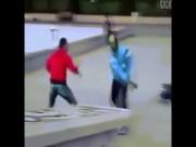 Thể thao - Trêu bạn gái võ sĩ, 4 thanh niên bị đánh lê lết