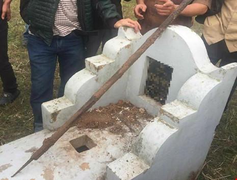 Hàng chục ngôi mộ tại Hà Nội bị đóng đinh và dao - 2