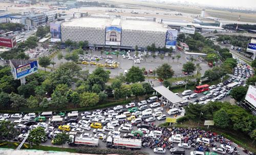 Sân bay Tân Sơn Nhất: Trong đông nghẹt, ngoài đường kẹt xe dữ dội - ảnh 2