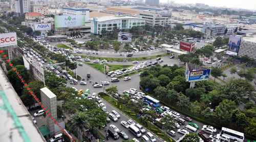Sân bay Tân Sơn Nhất: Trong đông nghẹt, ngoài đường kẹt xe dữ dội - ảnh 3
