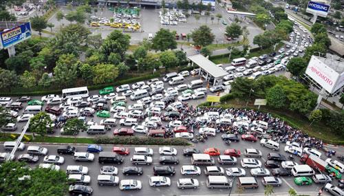 Sân bay Tân Sơn Nhất: Trong đông nghẹt, ngoài đường kẹt xe dữ dội - ảnh 1