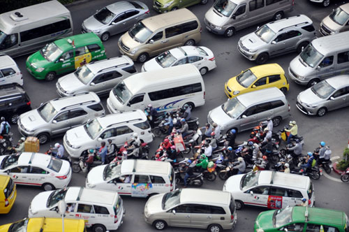 Sân bay Tân Sơn Nhất: Trong đông nghẹt, ngoài đường kẹt xe dữ dội - ảnh 4
