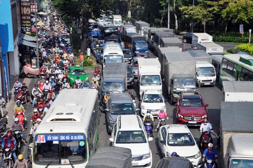 Sân bay Tân Sơn Nhất: Trong đông nghẹt, ngoài đường kẹt xe dữ dội - ảnh 5