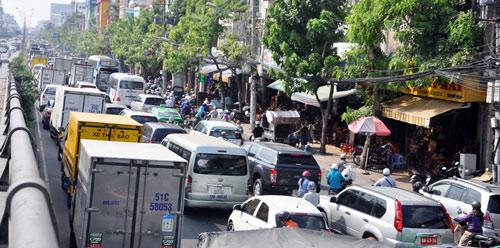 Sân bay Tân Sơn Nhất: Trong đông nghẹt, ngoài đường kẹt xe dữ dội - ảnh 8
