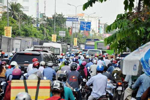 Sân bay Tân Sơn Nhất: Trong đông nghẹt, ngoài đường kẹt xe dữ dội - ảnh 10