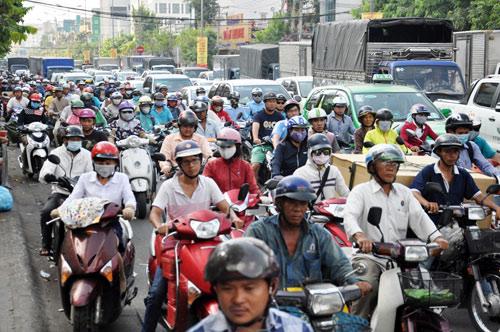 Sân bay Tân Sơn Nhất: Trong đông nghẹt, ngoài đường kẹt xe dữ dội - ảnh 9