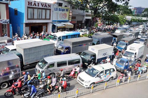 Sân bay Tân Sơn Nhất: Trong đông nghẹt, ngoài đường kẹt xe dữ dội - ảnh 6