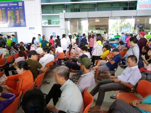 Sân bay Tân Sơn Nhất: Trong đông nghẹt, ngoài đường kẹt xe dữ dội - ảnh 14