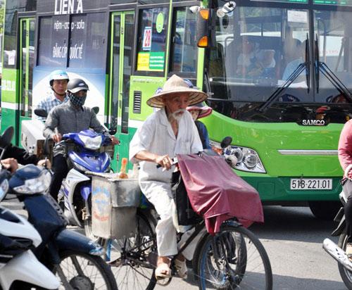 Sân bay Tân Sơn Nhất: Trong đông nghẹt, ngoài đường kẹt xe dữ dội - ảnh 11