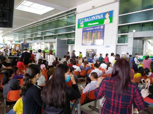 Sân bay Tân Sơn Nhất: Trong đông nghẹt, ngoài đường kẹt xe dữ dội - ảnh 13