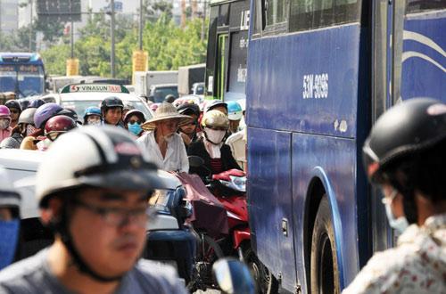 Sân bay Tân Sơn Nhất: Trong đông nghẹt, ngoài đường kẹt xe dữ dội - ảnh 12