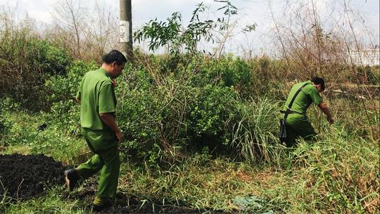 Bộ Công an bắt xe đổ trộm bùn thải trong Bình Điền - ảnh 1