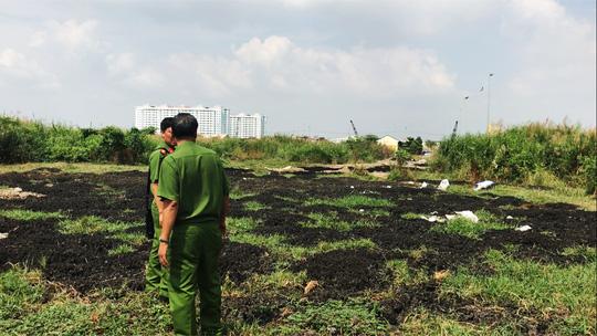 Bộ Công an bắt xe đổ trộm bùn thải trong Bình Điền - ảnh 2
