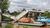 Cận cảnh hiện trường vụ sà lan đâm sập cầu ở Cà Mau
