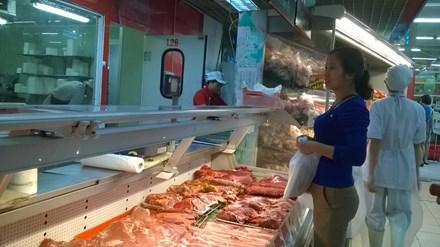 Vì sao giá lợn hơi giảm, giá thịt bán vẫn cao? - ảnh 1