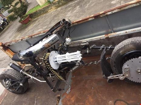 Đà Nẵng: Xe mô tô 'kỳ dị' gắn… khẩu đại liên 6 nòng - ảnh 1