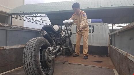 Đà Nẵng: Xe mô tô 'kỳ dị' gắn… khẩu đại liên 6 nòng - ảnh 2
