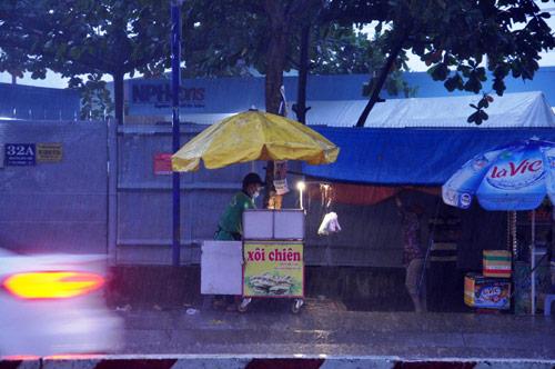Mưa trái mùa đổ xuống Sài Gòn trong chiều cuối tuần - ảnh 4