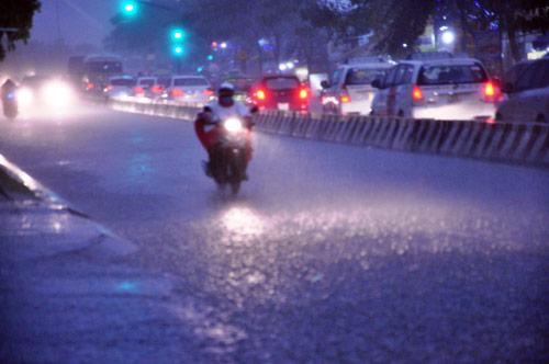 Mưa trái mùa đổ xuống Sài Gòn trong chiều cuối tuần - ảnh 3