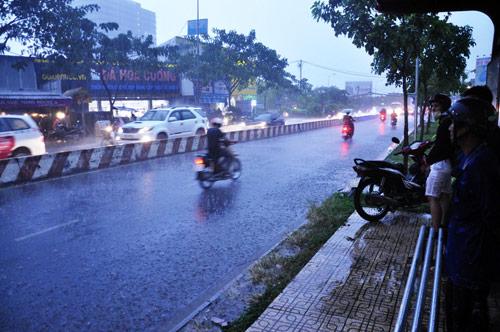 Mưa trái mùa đổ xuống Sài Gòn trong chiều cuối tuần - ảnh 6