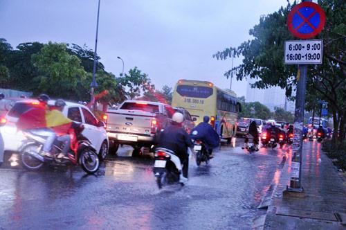 Mưa trái mùa đổ xuống Sài Gòn trong chiều cuối tuần - ảnh 5